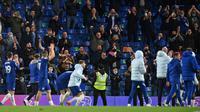 Para pemain Chelsea memberikan apresiasi kepada para penggemarnya yang datang ke Stamford Bridge setelah kemenangan 2-1 atas Leicester City dalam laga pekan ke-37 Premier League, Rabu (19/5/2021) dini hari WIB. (GLYN KIRK / POOL / AFP)