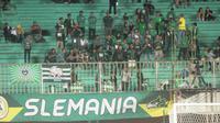 Aksi anggota Slemania saat mendukung PSS melawan Tira Persikabo di Stadion Maguwoharjo, Minggu (8/3/2020). (Bola.com/Vincentius Atmaja)
