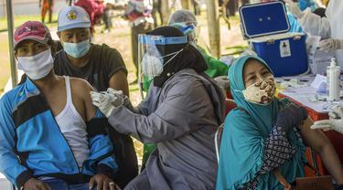 FOTO: Klinik Vaksinasi COVID-19 Massal Darurat di Surabaya