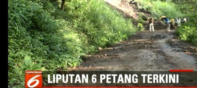 Akses jalan tertimbun material longsor, warga Nganjuk, Jawa Timur harus mencari jalan alternatif atau berputar sejauh 10 km.