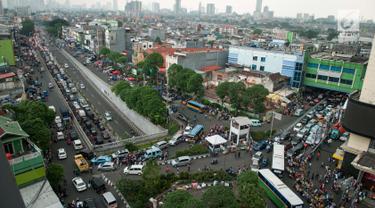 Sejumlah kendaraan terjebak macet di ruas Jalan KH Mas Mansyur, Tanah Abang, Jakarta, Kamis (15/6). Kepadatan jalanan di Ibu kota disebabkan oleh tingginya pengguna kendaraan pribadi. (Liputan6.com/Gempur M Surya)