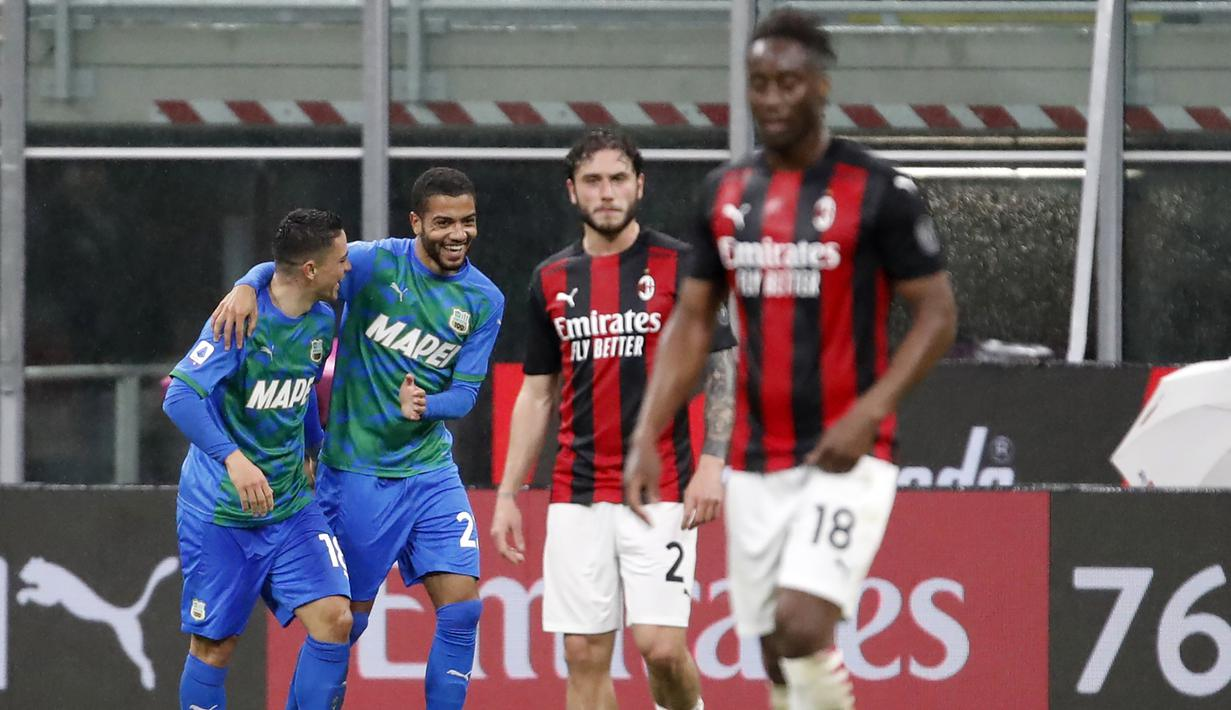 Striker Sassuolo, Giacomo Raspadori (kiri) merayakan gol pertama Sassuolo yang dicetaknya ke gawang AC Milan dalam laga lanjutan Liga Italia 2020/2021 pekan ke-32 di San Siro Stadium, Milan, Rabu (21/4/2021). Sassuolo menang 2-1 atas AC Milan. (AP/Antonio Calanni)