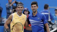 Rafael Nadal dan Novak Djokovic berpose sebelum final Australia Terbuka 2019, Minggu (27/1/2019). (AP Photo/Aaron Favila)