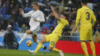 Striker Real Madrid, Cristiano Ronaldo, berusaha melewati bek Villarreal, Daniele Bonera, pada laga La Liga Spanyol di Stadion Santiago Bernabeu, Madrid, Sabtu (13/1/2018). Real Madrid kalah 0-1 dari Villarreal. (AP/Paul White)