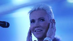 Vokalis grup band Roxette Marie Fredriksson tampil sebelum pertandingan tinju kelas berat dunia WBC antara Vitali Klitschko dan Odlanier Solis di Cologne, Jerman, 19 Maret 2011. Vokalis yang jadi ikon musik era 90 ini telah 17 tahun berjuang melawan penyakitnya. (AFP PHOTO/PATRIK STOLLARZ)