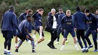 Manajer Manchester United (MU), Jose Mourinho mengawasi latihan para pemain di Aon Training Complex, Manchester, Inggris, Senin (22/10). MU akan menjamu Juventus pada Grup H Liga Champions di Stadion Old Trafford. (Martin Rickett/PA via AP)