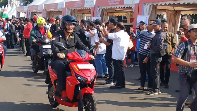 Menko Kemaritiman Luhut Binsar Panjaitan mencoba motor listrik Gesits