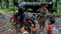 Suku Anak Dalam Jambi berburu babi hutan. (Dok: KKI Warsi/Liputan6.com/B Santoso)