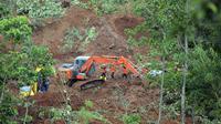 Tim penyelamat mencari korban di sebuah desa yang dilanda tanah longsor di Nganjuk, Jawa Timur, Senin (15/2/2021). BPBD Nganjuk dengan dukungan pihak terkait lainnya melakukan upaya penanganan darurat, seperti pencarian dan evakuasi korban hilang. (AP Photo/Trisnadi)