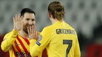 Striker Barcelona, Lionel Messi, melakukan selebrasi bersama Antoine Griezmann usai mencetak gol ke gawang Paris Saint-Germain pada laga Liga Champions di Stadion Parc des Princes, Kamis (11/3/2021). Kedua tim bermain imbang 1-1. (AP/Christophe Ena)