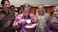 Menko Bidang Perekonomian Darmin Nasution cicipi kopi di Hotel Borobudur pada Rabu (8/8/2018) (Foto:Merdeka.com/Anggun Situmorang)