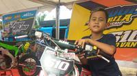 Giovan, salah satu pembalap cilik yang mengikuti kompetisi MXGP 2019 di Palembang (Liputan6.com / Nefri Inge)