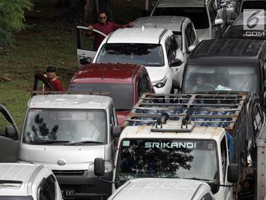 Sejumlah pengendara turun dari mobil saat kemacetan di Jalan KH Abdullah Syafei, Tebet, Jakarta, Senin (12/2). Kemacetan tersebut imbas dari demo sopir angkot Mikrolet 44 dan metro mini Dian Mitra. (Liputan6.com/Arya Manggala)