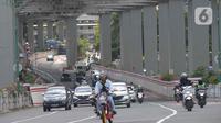 Pekerja menyelesaikan proyek kontruksi halte Light Rail Transit (LRT) di Jakarta, Selasa (8/12/2020).  Lintasan LRT yang memiliki total panjang 44 km dengan double trek dari 17 stasiun semua halte di Kuningan akan disatukan dengan stasiun LRT. (merdeka.com/Imam Buhori)