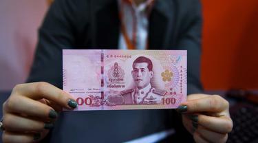 Mata Uang Baht. (Foto: Lillian Suwanrumpha / AFP Photo)