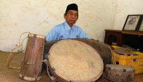 Badri, 80, asal Dusun Jatimenok, Desa Rejosopinggir, adalah salah satu pelaku sekaligus saksi sejarah perjalanan seni Kentrung Jatimenok yang masih ada (Achmad RW/Jawa Pos Radar Jombang)