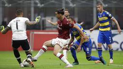 Striker AC Milan, Zlatan Ibrahimovic, berusaha melawati pemain Parma pada laga Serie A di Stadion San Siro, Rabu (15/7/2020). AC Milan menang 3-1 atas Parma. (AP Photo/Luca Bruno)
