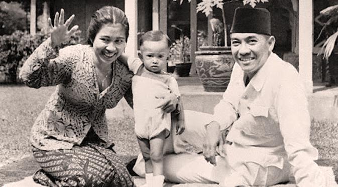 Soekarno bersama Fatmawati dan Guntur