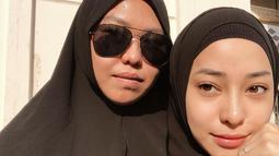 Selama beribadah Umrah sepertinya Niki tidak memakai makeup yang berlebihan. Seperti yang satu ini misalnya, Niki begitu cantik dengan busana dan hijab warna hitamnya. (Instagram)