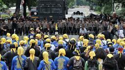 Polisi memblokade jalan saat peserta aksi dari sejumlah elemen buruh memperingati Hari Buruh Internasional di kawasan Jakarta, Rabu (1/5/2019). Buruh dari berbagai daerah di Jabodetabek serentak turun ke jalan menuju Istana Negara untuk menyuarakan 7 tuntutan. (merdeka.com/Iqbal S Nugroho)