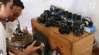 Pengunjung melihat-lihat kamera analog saat gelaran The 90's Festival di Gambir Expo Kemayoran, Jakarta, Sabtu (10/11). The 90's Festival kali ini merupakan yang keempat. (Liputan6.com/Helmi Fithriansyah)