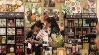 Pengunjung melihat prodak yang di pamerkan dalam Trade Expo Indonesia 2018 di ICE BSD, Kamis (25/10). Produk-produk dengan bahan baku alami dan organik sangat diminati pasar internasional saat ini. (Liputan6.com/Angga Yuniar)