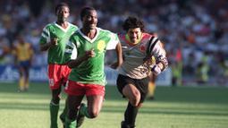 Striker asal Kamerun, Roger Milla bisa dikatakan merupakan salah satu pesepak bola terbaik asal benua Afrika. Mantan pemain klub asal Indonesia, Pelita Jaya, itu baru pensiun saat berusia 42 tahun. (AFP)