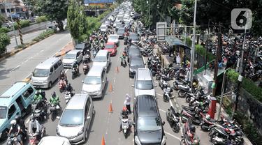 Kendaraan terjebak kemacetan di depan Pasar Pramuka, Jakarta, Senin (16/3/2020). Pasar Pramuka diserbu pembeli yang mencari masker guna mengantisipasi virus Corona Covid-19, membuat sebagian badan jalan dimanfaatkan sebagai parkiran sehingga menyebabkan kemacetan panjang. (merdeka.com/Iqbal Nugroho)