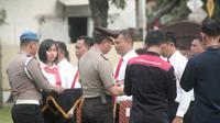 Delapan polisi memperoleh penghargaan atas prestasinya mengungkap tiga kasus perampokan di tiga mini market berbeda. (Foto: Liputan6.com/Polres Pemalang/Muhamad Ridlo)