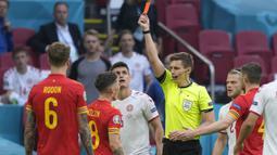 Situasi Wales semakin memburuk ketika Harry Wilson diberi kartu merah ketika Denmark sudah unggul di menit akhir pertandingan. Akibatnya Wales dipermalukan dengan skor telak 4-0 di laga 16 besar Euro 2020 yang berlangsung di Stadion Johan Cruyff ArenA itu. (Foto: AP/Pool/Peter Dejong)