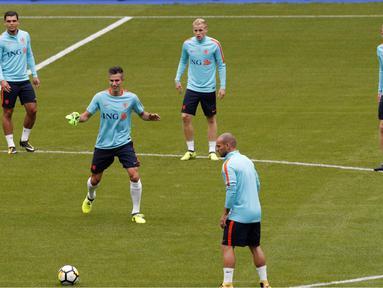Robin van Persie kembali memperkuat timnas Belanda saat mengikuti sesi latihan di Stade de France stadium, Saint Denis, (30/8/2017). Belanda akan melawan Prancis pada kualifikasi grup A Piala Dunia 2018. (AP/Christophe Ena)