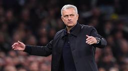 Jose Mourinho (23 juta euro) - Mourinho dikenal dengan taktiknya yang jitu meski tim dalam kondisi sulit. Berkat kemampuannya ini Mou mendapatkan bayaran 23 juta euro setahun di Tottenham. (AFP/Ben Stansal)