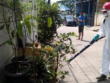 Petugas Palang Merah Indonesia (PMI) Kota Tangerang melakukan penyemprotan Desinfektan di Perumahan Pondok Arum, Karawaci, Tangerang, Rabu (29/1/2020). Penyemprotan dilakukan untuk mencegah bakteri dan  virus yang diakibatkan dari lingkungan yang kotor dari bekas banjir. (merdeka.com/Arie Basuki)