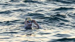 Gambar yang diambil 15 September 2019 memperlihatkan perenang AS Sarah Thomas berenang  di Selat Dover, pantai selatan Inggris. Penyintas kanker payudara itu menjadi manusia pertama yang menyeberangi Selat Inggris dengan berenang empat kali non-stop dalam waktu 54 jam. (HO/AFP/JON WASHER)