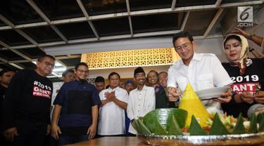 Wakil Gubernur Sandiaga Uno memotong tumpeng saat peresmian sekretariat bersama Partai Gerindra - PKS dan PAN di Jakarta, Jumat (27/4). Dalam acara ini turut hadir Ketua Umum Partai Gerindra Prabowo Subianto. (Liputan6.com/JohanTallo)