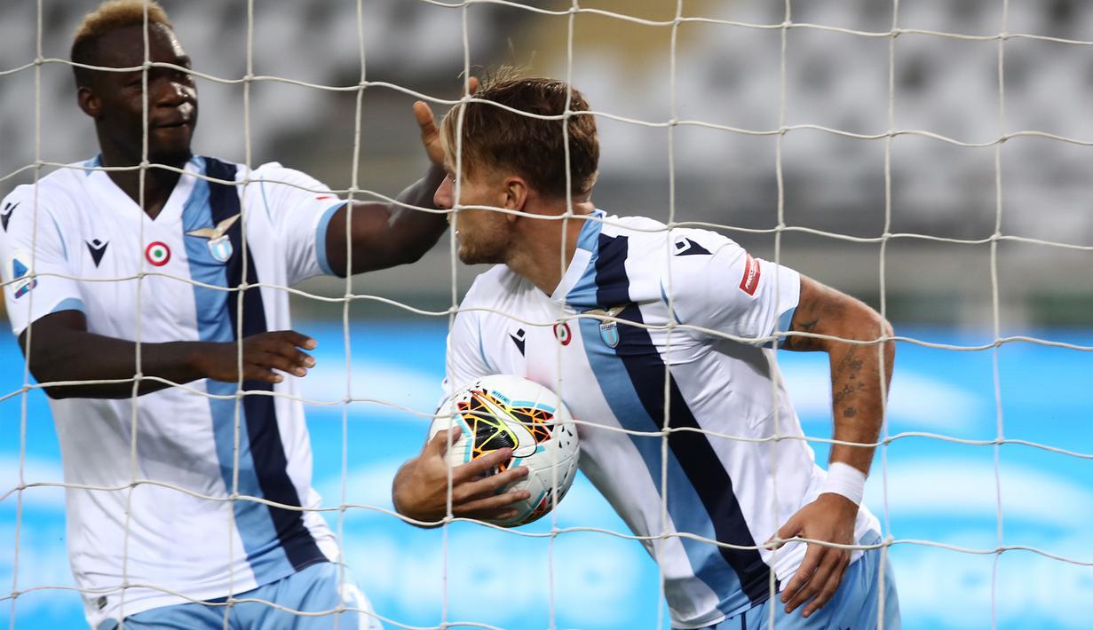 Penyerang Lazio, Ciro Immobile, merayakan gol yang dicetaknya ke gawang Torino pada laga lanjutan Serie A pekan ke-29 di Stadion Olimpico Grande Torino, Rabu (1/7/2020) dini hari WIB. Lazio menang 2-1 atas Torino. (AFP/Isabella Bonotto)