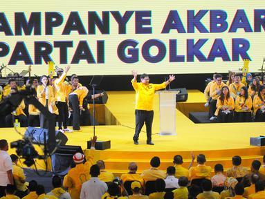 Ketua Umum Partai Golkar Airlangga Hartarto menyapa kader dan simpatisan saat Kampanye Akbar Partai Golkar di Istora Senayan, Jakarta, Selasa (9/4). Acara diisi dengan penyampaian pidato politik oleh Airlangga Hartarto. (Liputan6 com/Angga Yuniar)