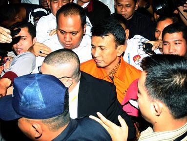Gubernur Sumatera Utara Gatot Pujo Nugroho (rompi oranye) ditahan usai menjalani pemeriksaan di KPK, Jakarta, Senin (3/8/2015). Gatot dan istrinya ditahan terkait kasus suap terhadap hakim PTUN Medan. (Liputan6.com/Helmi Afandi)