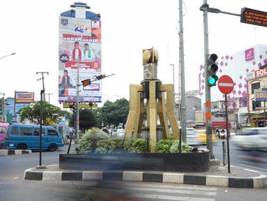 Kondisi lalu lintas di lampu merah persimpangan Ramanda, Depok, Jawa Barat, Rabu (14/8/2019). Lampu merah tersebut nantinya akan menjadi lokasi pemutaran lagu berjudul Tiblantas yang dinyanyikan Wali Kota Depok Mohammad Idris. (Liputan6.com/Immanuel Antonius)