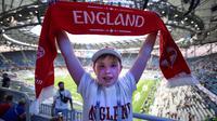 Seorang suporter cilik timnas Inggris berpose sebelum menyaksikan pertandingan Grup G Piala Dunia 2018 melawan Tunisia di Volgograd Arena, Volgograd, 18 Juni 2018. (AFP PHOTO / NICOLAS ASFOURI)
