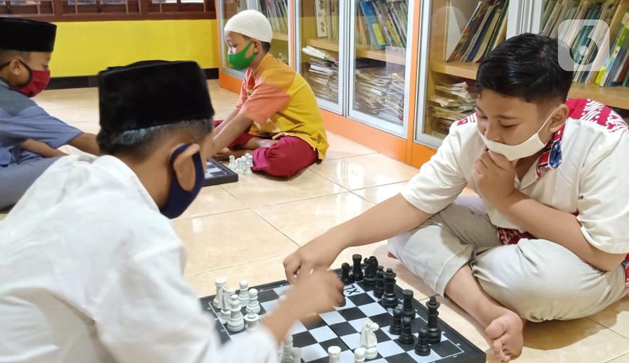 Anak-anak bermain catur di Rumah Amalia, Kota Tangerang, Selasa (23/03/2021). Selama pandemi Covid-19, rumah belajar bagi anak yatim dan dhuafa ini mengajak anak-anak bermain catur sebagai bentuk terapi agar bisa relaksasi dan mengurangi depresi selama di rumah. (Liputan6.com/Fery Pradolo)