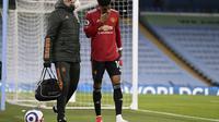 Striker Manchester United atau MU Marcus Rashford meninggalkan lapangan setelah cedera saat laga kontra Manchester City dalam lanjutan Liga Inggris di Etihad Stadium, Minggu (7/3/2021). (Laurence Griffiths / Pool via AP)