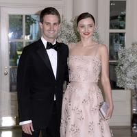 Miranda Kerr dan Evan Spiegel yang sudah resmi bertunangan kabarnya akan segera mungkin melangsungkan pernikahan mereka. Menuju hari bahagia tersebut, tersebar foto-foto pesta pertunangan mereka. (AFP/Bintang.com)