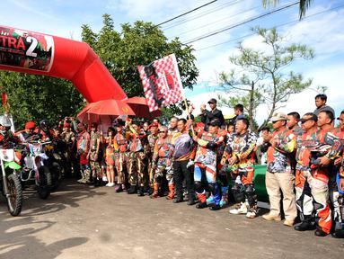 Danjen Kopassus, Mayjen TNI Madsuni mengibarkan bendera start saat membuka Komando Trail Adventure (Kotra) 2 di Yon 14 Grup 1 Kopassus, Bogor, Jawa Barat, Sabtu (8/4). Acara ini bagian perayaan HUT Kopassus ke-65. (Liputan6.com/Helmi Fithriansyah)