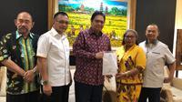 Ketua Dewan Pimpinan Daerah (DPD) Partai Golkar Raja Ampat, Selvi Wanma bersama Ketua Umum Partai Golkar Airlangga Hartarto. (Istimewa)