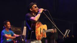 Malam itu, Glenn tampil santai dengan mengenakan kaos oblong warna hitam. Dikepalanya mengenakan topi warna hitam dan kaca mata hitam.  (Bambang E Ros/Bintang.com)