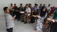 Ahmad Fauri tetap semangat mengajar meski memiliki keterbatasan fisik. (Liputan6.com/Reza Perdana)