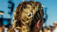 Gaya rambut simple, bisa diterapkan untuk rambut panjang dan pendek. Plus, bebas gerah di tengah cuaca panas.
