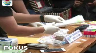 Meski tidak ditemukan barang bukti sabu, polisi mengamankan bukti lain berupa korek api, bong, dan juga pipet bekas pakai.