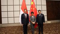 Menteri Luar Negeri Retno Marsudi bersama dengan Menteri BUMN Erick Tohir melakukan kunjungan ke RRT dan bertemu dengan Menlu Wang Yi. (Dok: Kemlu RI)